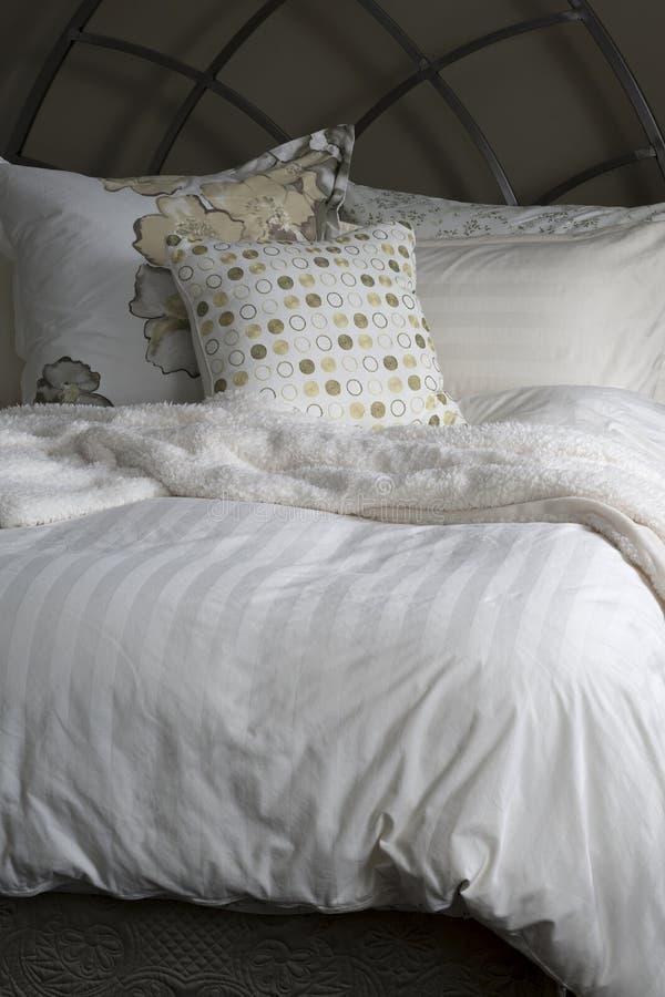 Hemtrevliga sänglinnar fotografering för bildbyråer