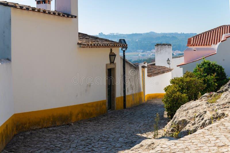 Hemtrevliga smala gator av den gamla staden Obidos, Portugal royaltyfria foton