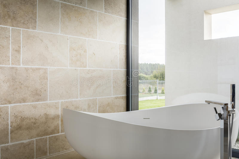 Hemtrevligt badkar i ett badrum royaltyfria bilder