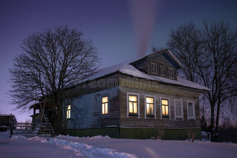 hemtrevligt gammalt ryssbyhus i den bittra f rkylningen vinternattlandskapet med sn stj rnor. Black Bedroom Furniture Sets. Home Design Ideas