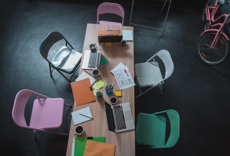 Hemtrevligt kontor av det unga idérika laget royaltyfri foto