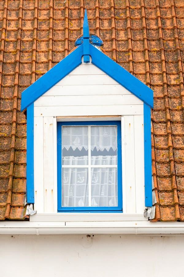 Hemtrevligt loftfönster arkivfoton