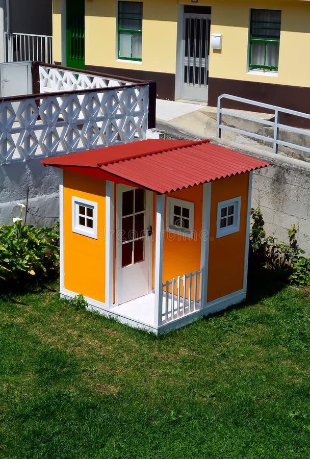 Hemtrevligt mycket litet hus royaltyfri bild