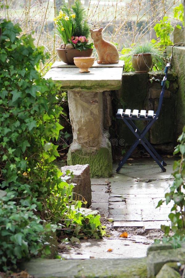 Hemtrevligt sammanträdeområde i trädgården royaltyfri fotografi