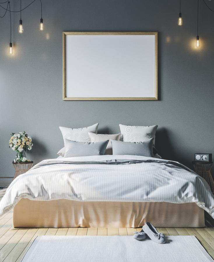 Hemtrevligt sovrum med den tomma affischramen Rammodell i inre arkivbild