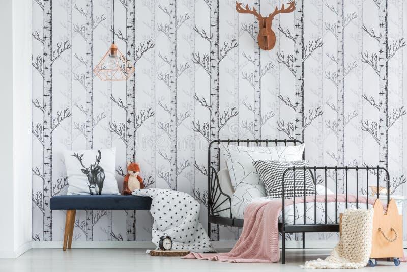 Hemtrevligt sovrum med skogmotiv royaltyfria foton