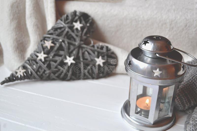 hemtrevligt ställe Dekor på den vita tabellen Stearinljusljus i ljusstaken Tappningobjekt royaltyfria foton