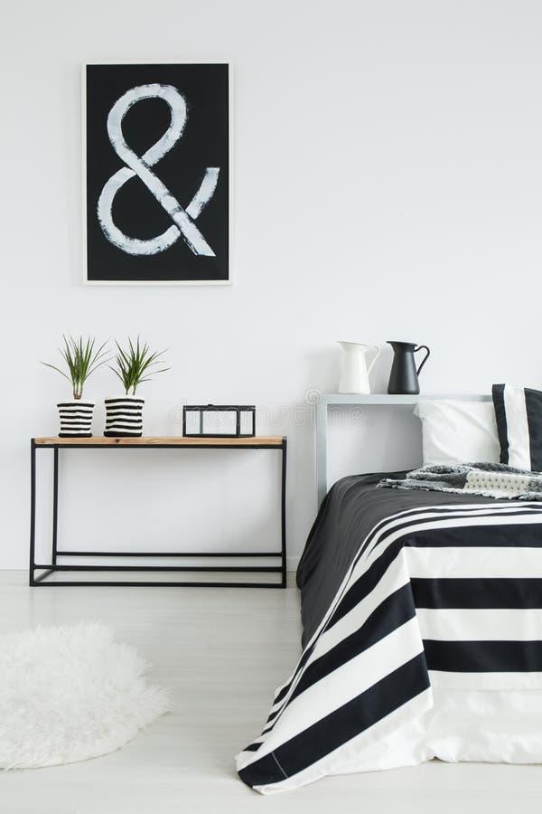 Hemtrevligt svartvitt sovrum royaltyfri bild