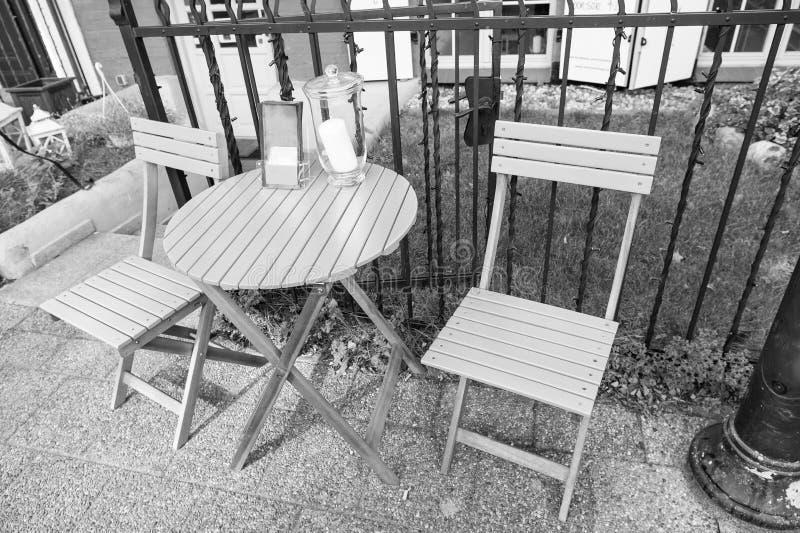 Hemtrevligt utomhus- kafé fotografering för bildbyråer