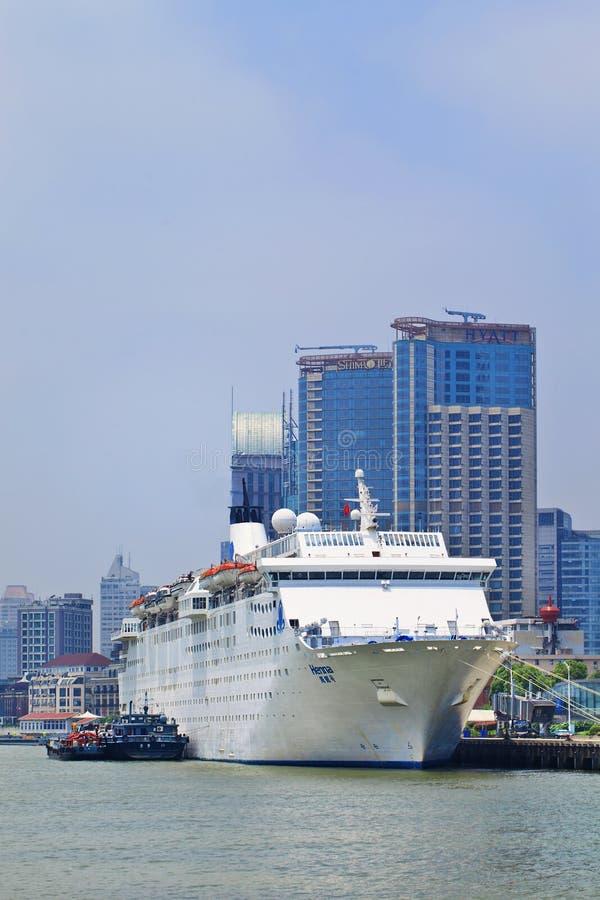 A hena luxuosa do forro do cruzeiro do ` s primeiro de China amarrou em Shanghai, China imagem de stock