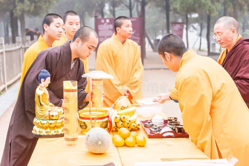 HENAN, CHINA - 12 de novembro de 2015: Cerimônia arrebatadora do túmulo em Talin (Budd fotos de stock