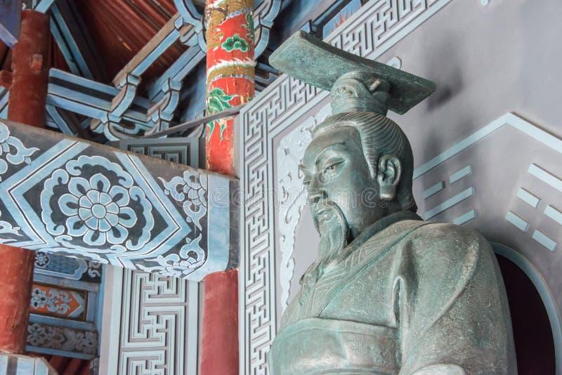 HENAN, CHINA - 28 DE NOVEMBRO DE 2014: Estátua do rei Wen de Zhou em Youlic imagens de stock royalty free