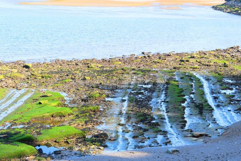 Hendaye France rayonne d'abord du soleil sur la plage après la pluie image libre de droits