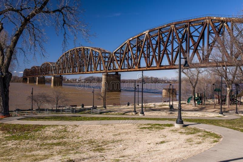 Henderson Railroad Bridge - il fiume Ohio, il Kentucky & l'Indiana immagini stock libere da diritti