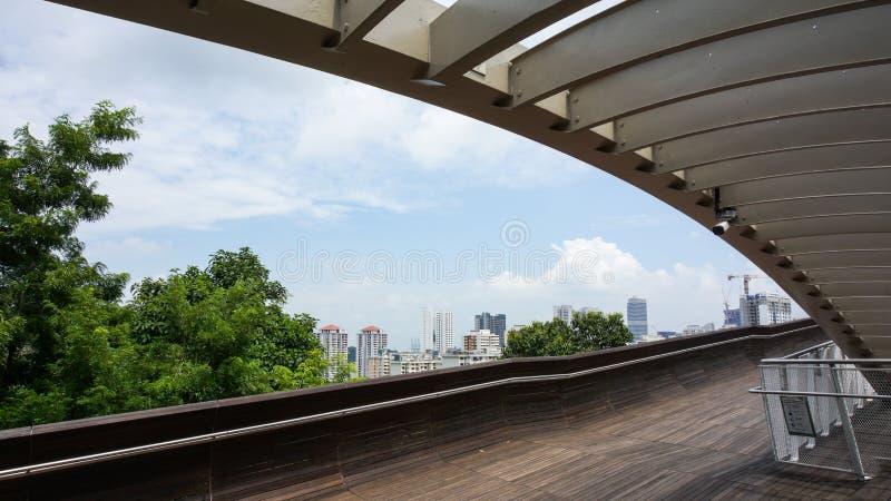 Henderson Wave Bridge, Singapore - 13 agosto 2015, con la città vi fotografia stock libera da diritti