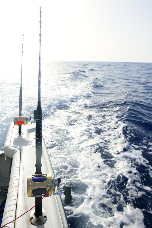 Hengels in een grote boot van het spelzoutwater royalty-vrije stock foto