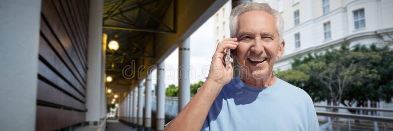 henior人的综合图象谈话在手机反对白色背景 免版税库存照片