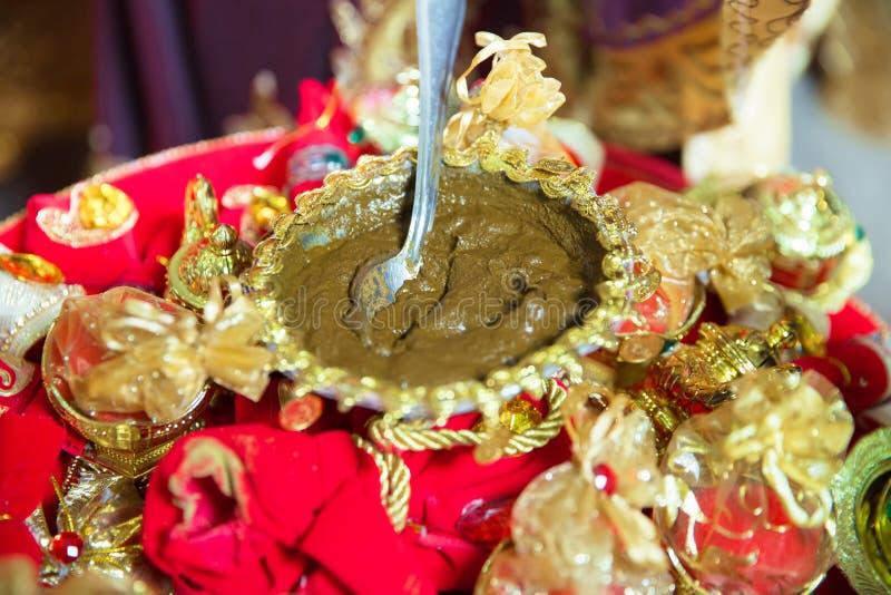 Hennè di miscelazione per capelli Misto naturale di colore del hennè incollato in una ciotola Hennè la tavola Decorazione dorata  immagine stock libera da diritti