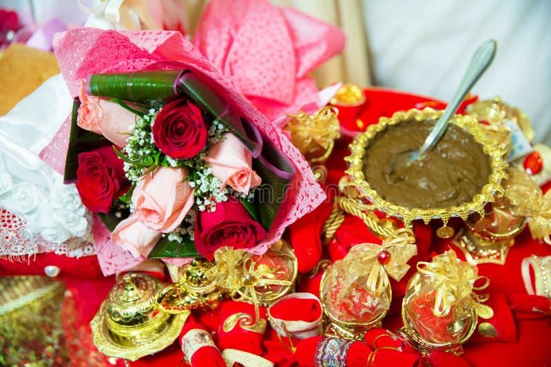 Hennè di miscelazione per capelli Misto naturale di colore del hennè incollato in una ciotola Hennè la tavola Decorazione dorata  fotografie stock