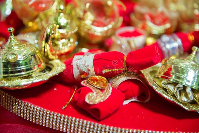 Hennè di miscelazione per capelli Misto naturale di colore del hennè incollato in una ciotola Hennè la tavola Decorazione dorata  fotografia stock