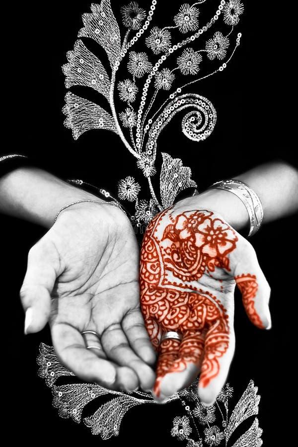 Hennè, Mehendi sulla mano della sposa - in bianco e nero fotografie stock