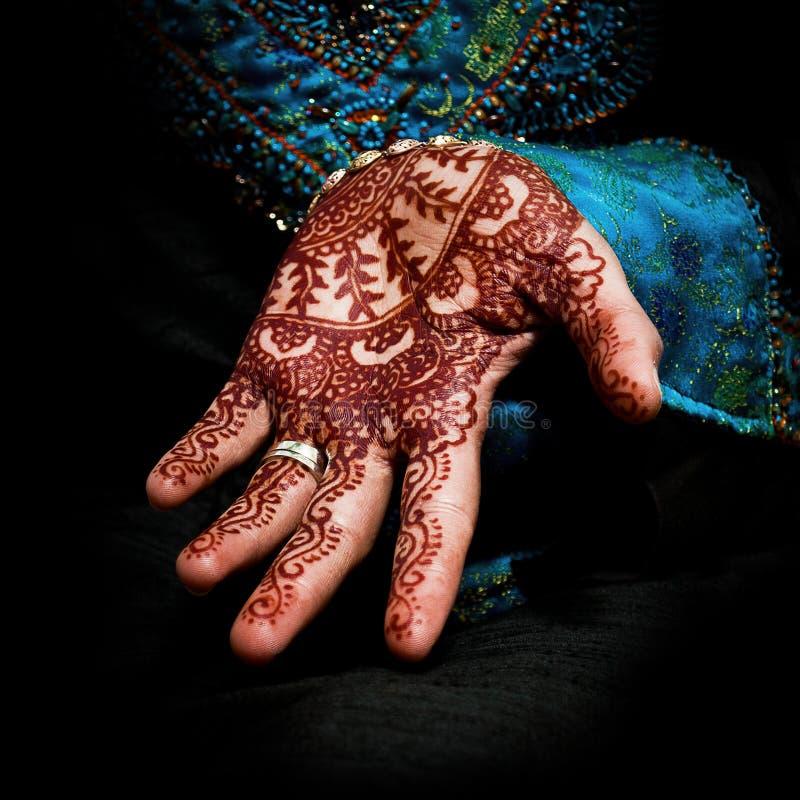 Hennè, mehendi sulla mano della sposa - quadrato di divertimento fotografia stock