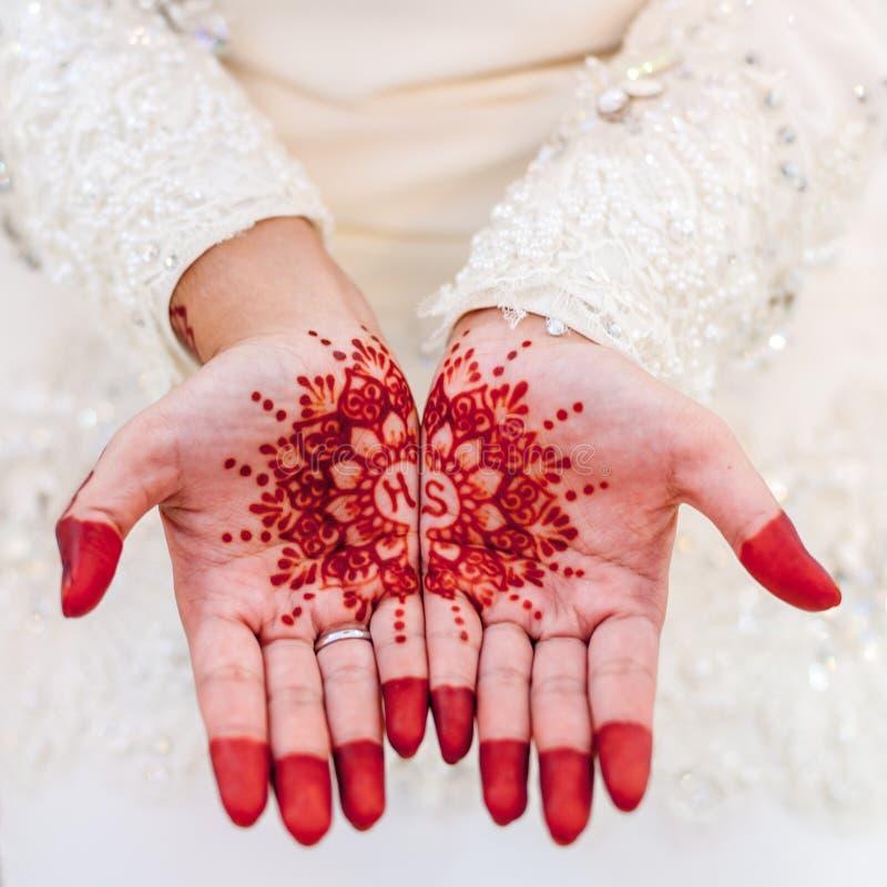 Henné sur la main de la jeune mariée image libre de droits