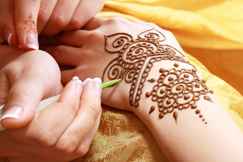 Henna het van toepassing zijn royalty-vrije stock afbeelding