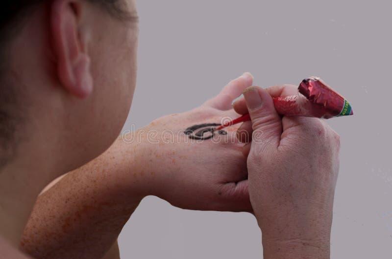 Henna Mehndi εφαρμογή δερματοστιξιών στοκ εικόνες με δικαίωμα ελεύθερης χρήσης