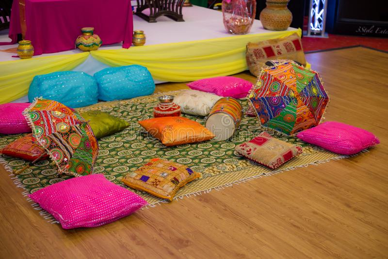Henna Party Cushions på a wodden golvet royaltyfria foton