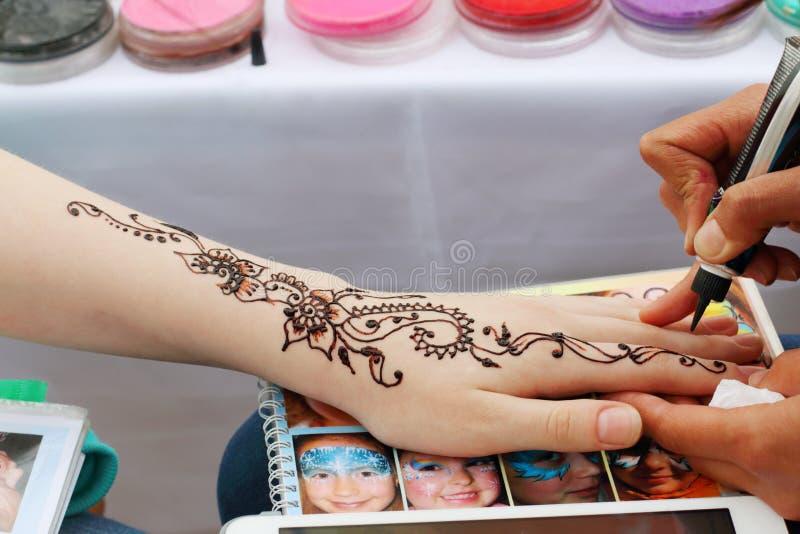 Henna Tattoo die bij openluchtfestival Witte Nachten maken stock foto