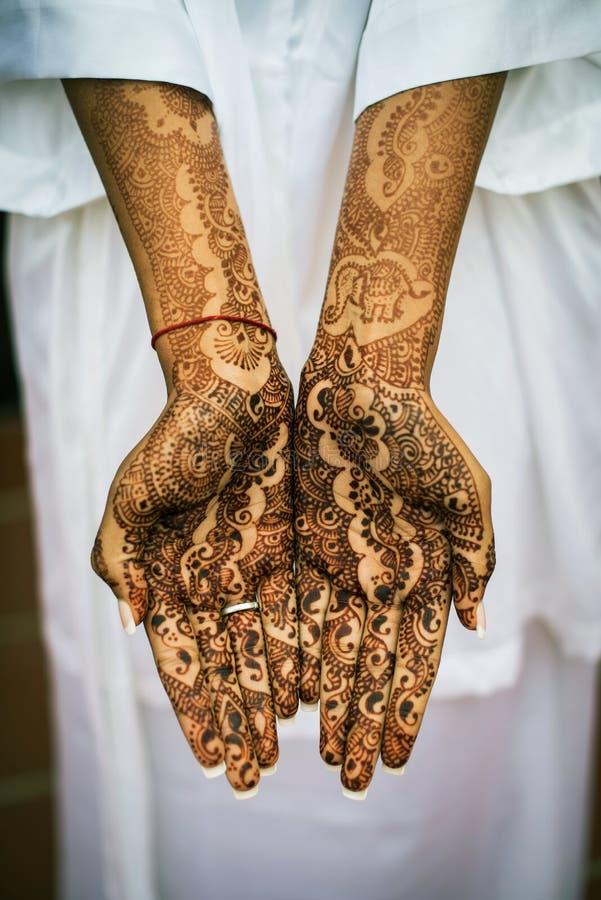 Henna Tattoos på händer royaltyfri bild