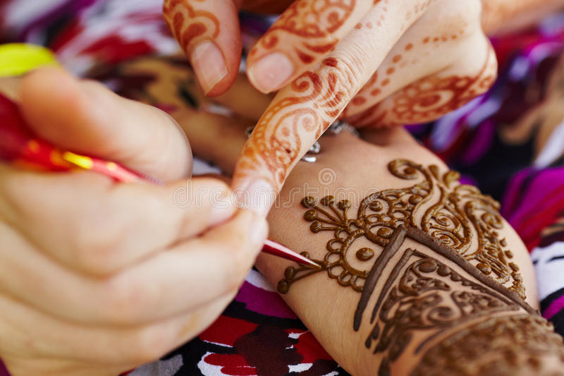Hennakonst på kvinna hand royaltyfri foto
