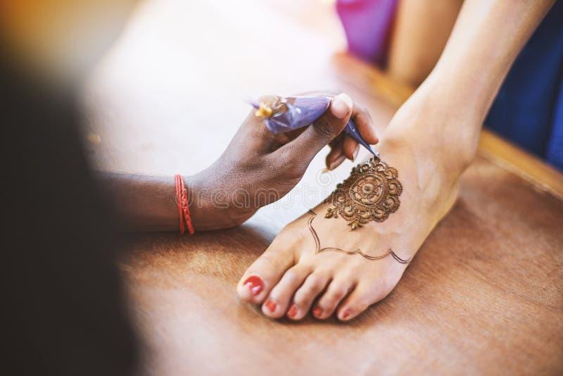 Hennakunstenaar Mehndi die de voet vrouwen op de Indische huwelijksdag schilderen royalty-vrije stock afbeelding