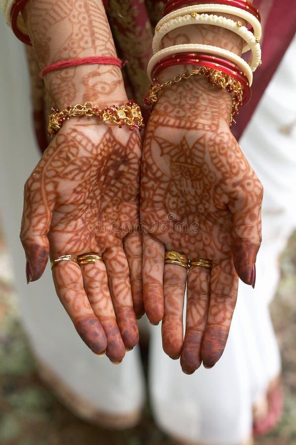 Hennastrauch auf Händen der Braut von Indien lizenzfreies stockbild