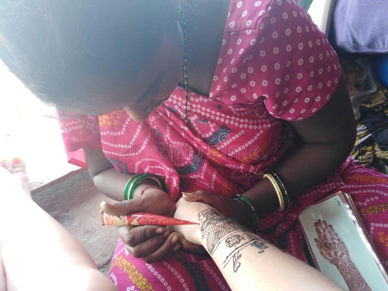 Hennastrauch mehendi an Hand indische Tätowierungsherstellung stockfotografie