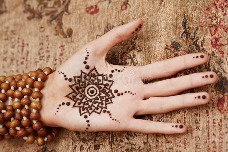 Hennastrauchkunst auf Hand der Frau lizenzfreie stockbilder