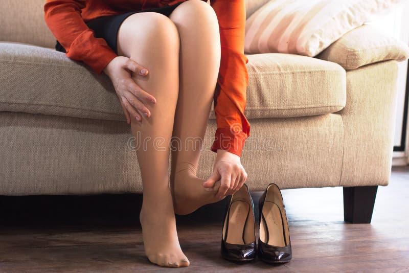 henne av skor som tar kvinnan royaltyfri bild