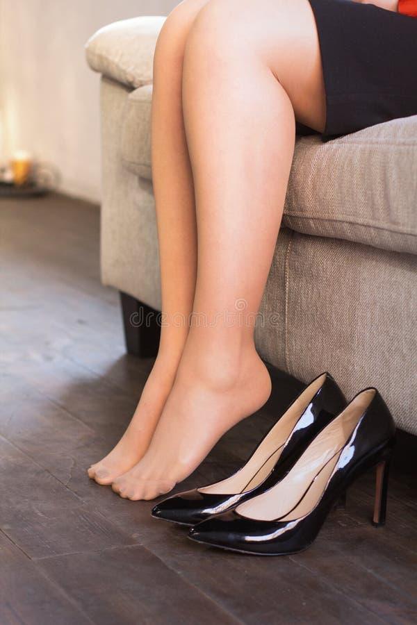 henne av skor som tar kvinnan arkivfoton