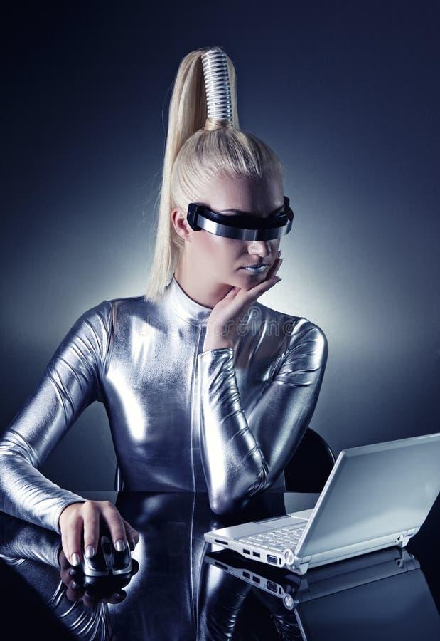 henne bärbar datorkvinnaworking arkivbild