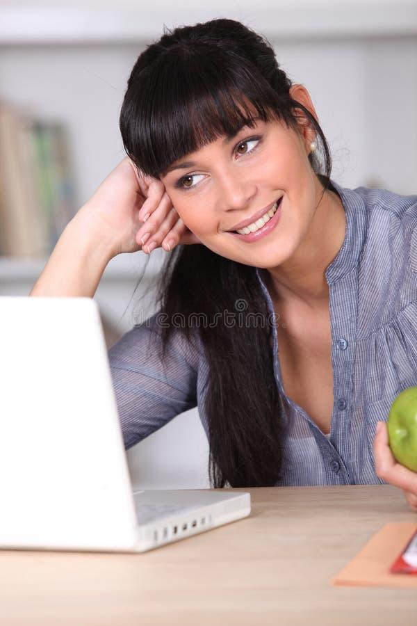 henne bärbar datorkvinnaworking royaltyfria bilder