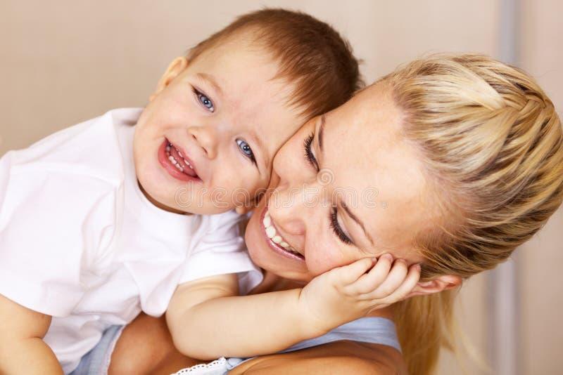 henne leka son för moder royaltyfria bilder