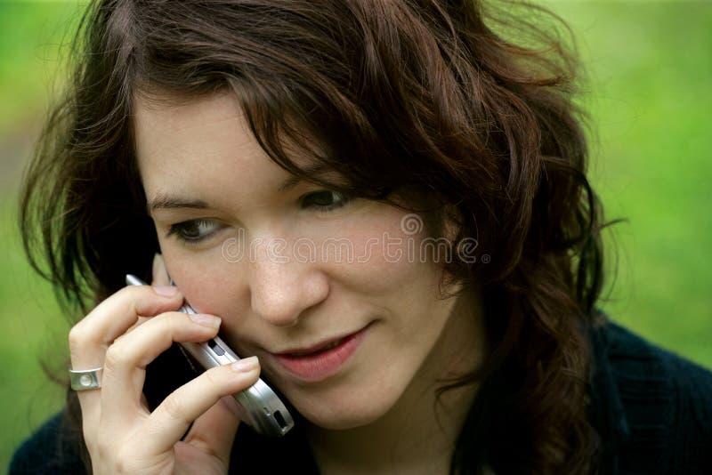 henne mobilsamtal arkivbilder