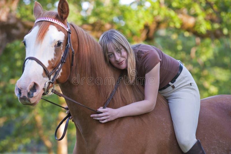 henne som barbacka kramar ryttarekvinnan royaltyfri fotografi
