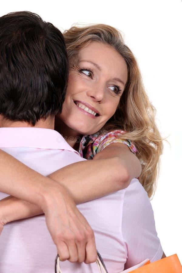 henne som kramar makakvinnan royaltyfri bild