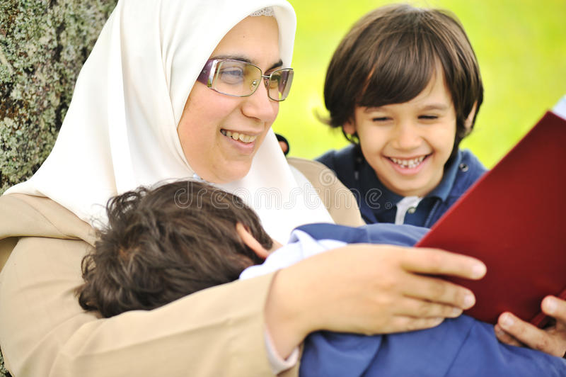 henne son för modermuslimnatur royaltyfri fotografi