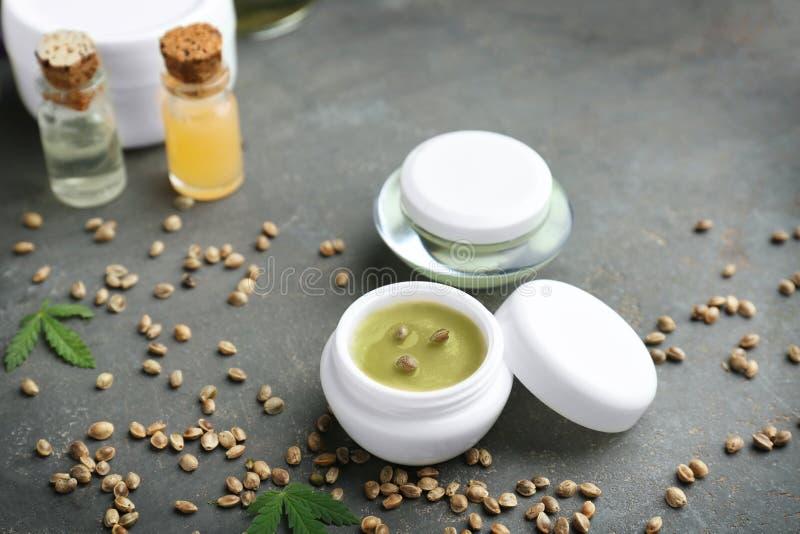 Hennepcosmetischee producten en zaden stock foto's