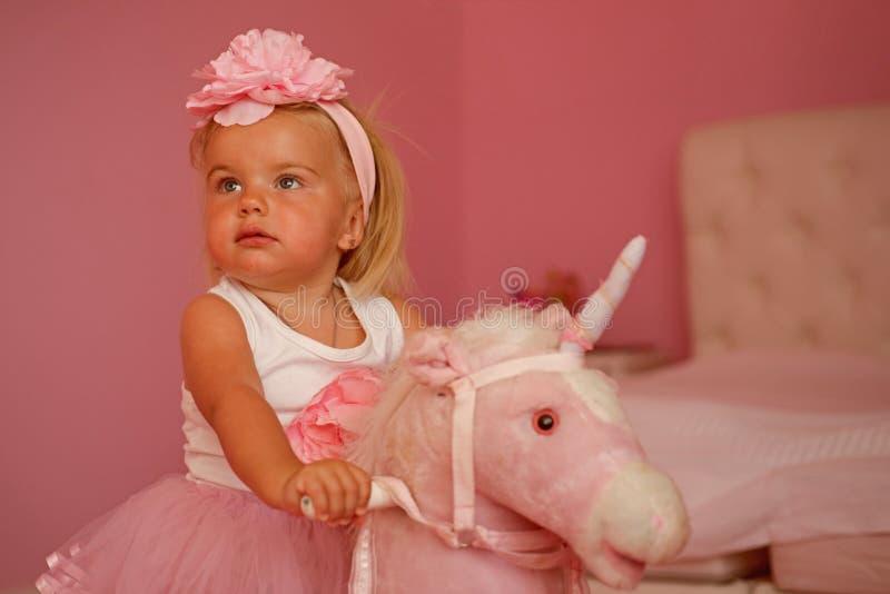 Hennes bästa vän accessory hårhårnålwhite Liten blond häst för flickarittleksak Musikband för småbarnkläderhår Liten flicka med l arkivfoto