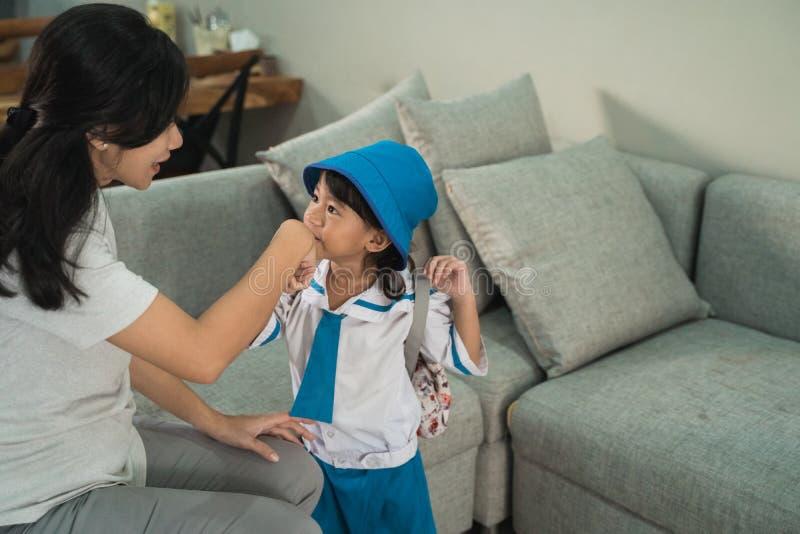 Hennes moders för unge kyss hand, innan att gå att skola arkivbild