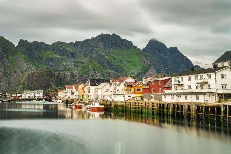 Henningsvaer, рыбацкий поселок в архипелаге Lofoten, Norw стоковые изображения